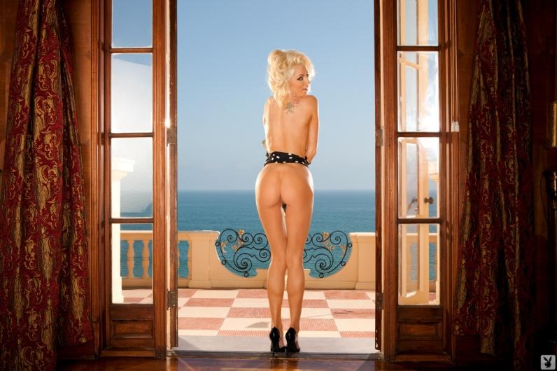 Ослепительная кобыла Nicolette снимает бикини смотреть эротику