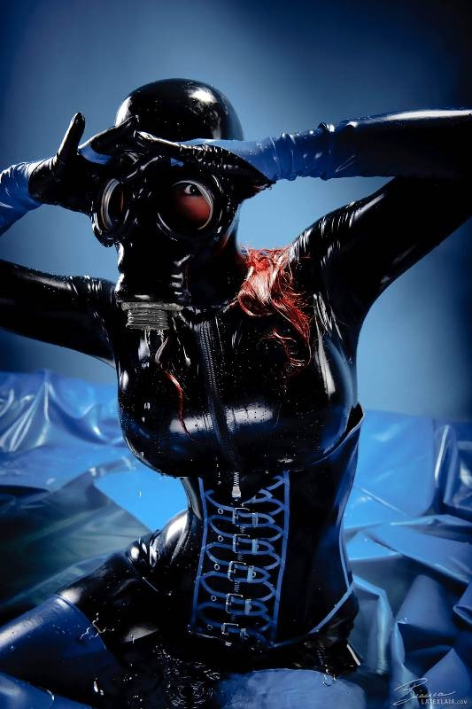Рыженькая мадам в черном латексе с гигантскими буферами