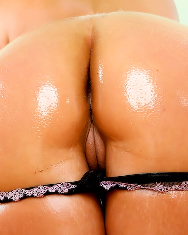 Крупная задница в масле порнозвезды Phoenix Marie