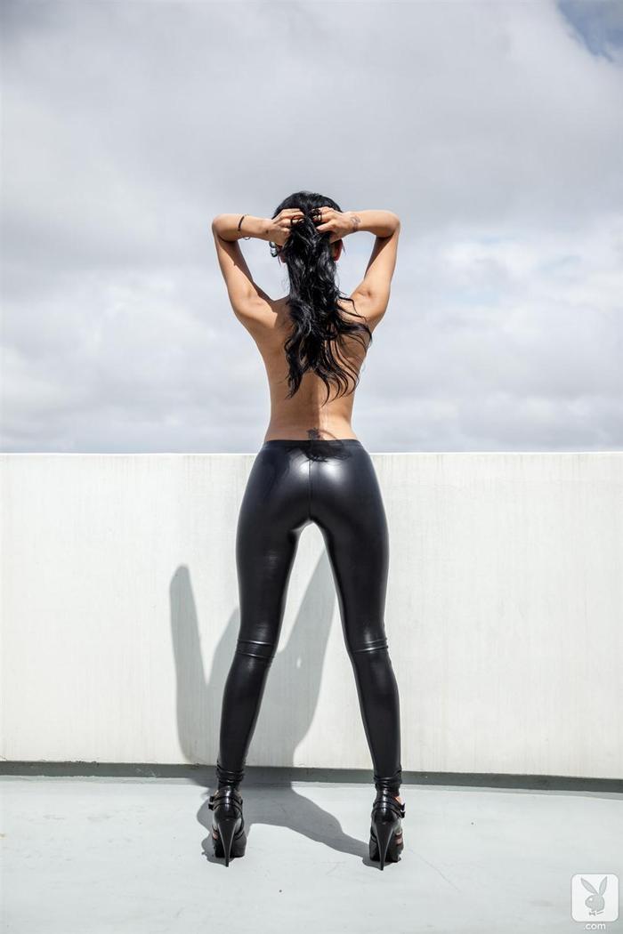 Большие сиськи Brittany Madisen в черных леггинсах