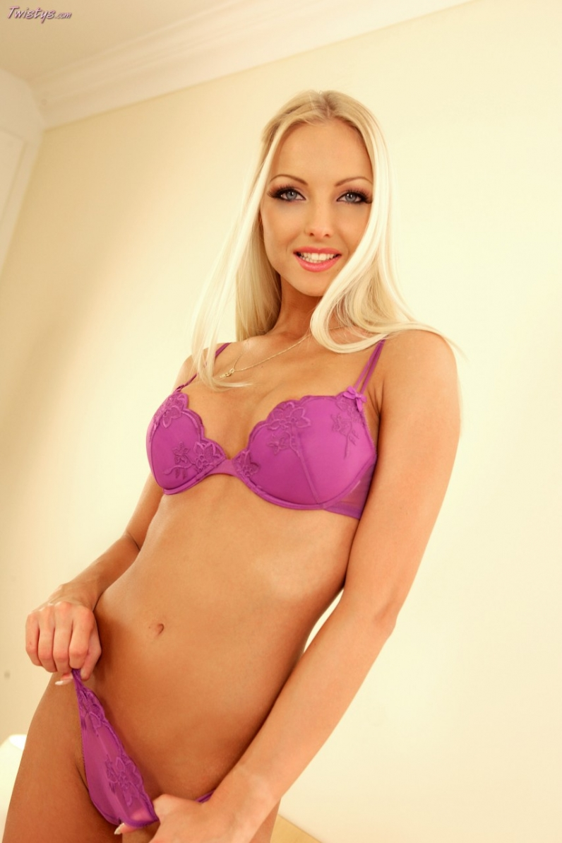 Голубоглазая милашка Veronika Symon с огромной грудью