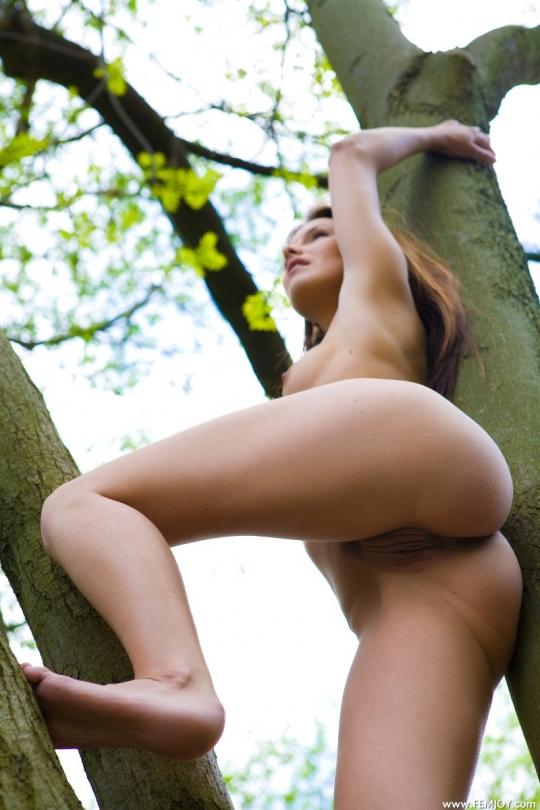 Молоденькая с большой попкой на природе