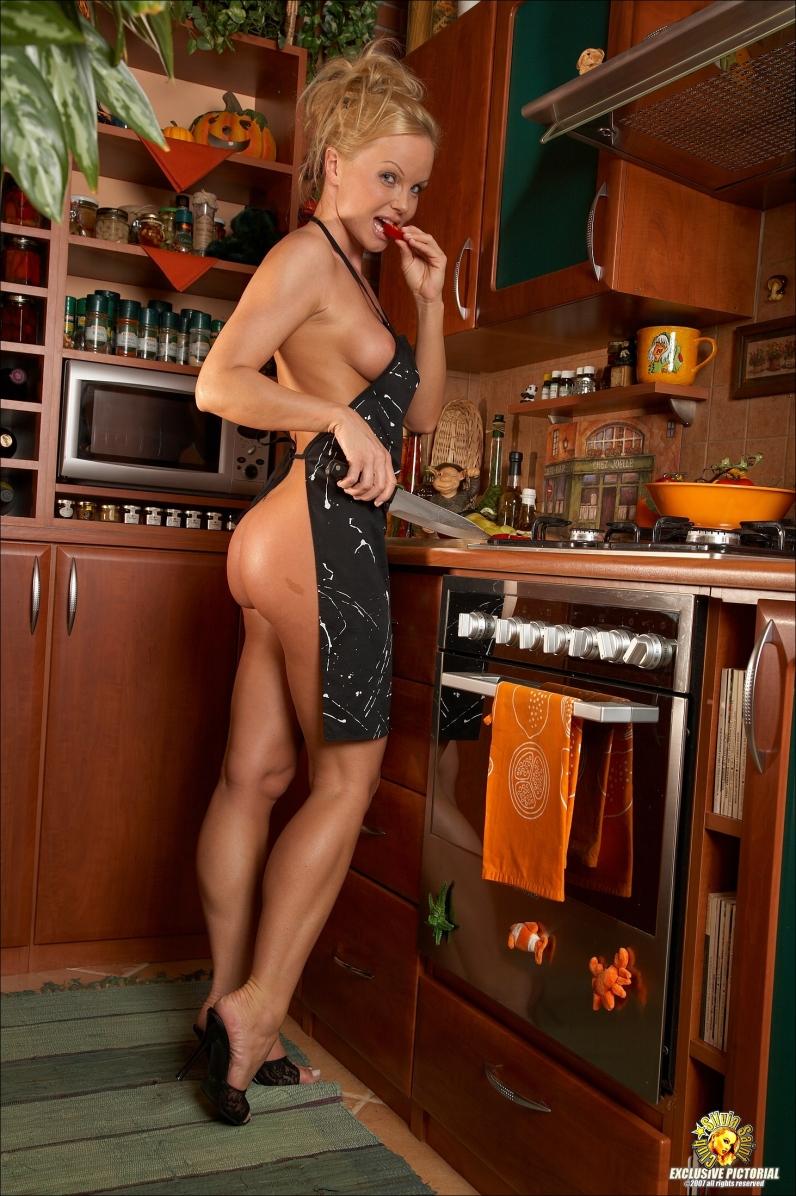 Порно девушка блондинка готовит ужин в одном фартуке