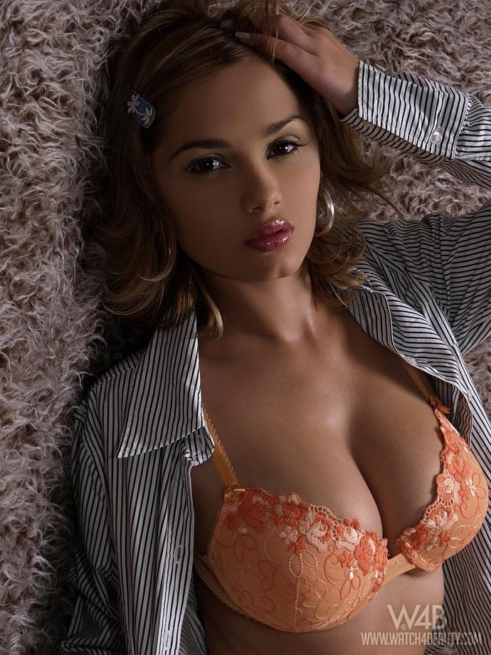Lenka с пухлыми губками в сексуальном нижнем белье
