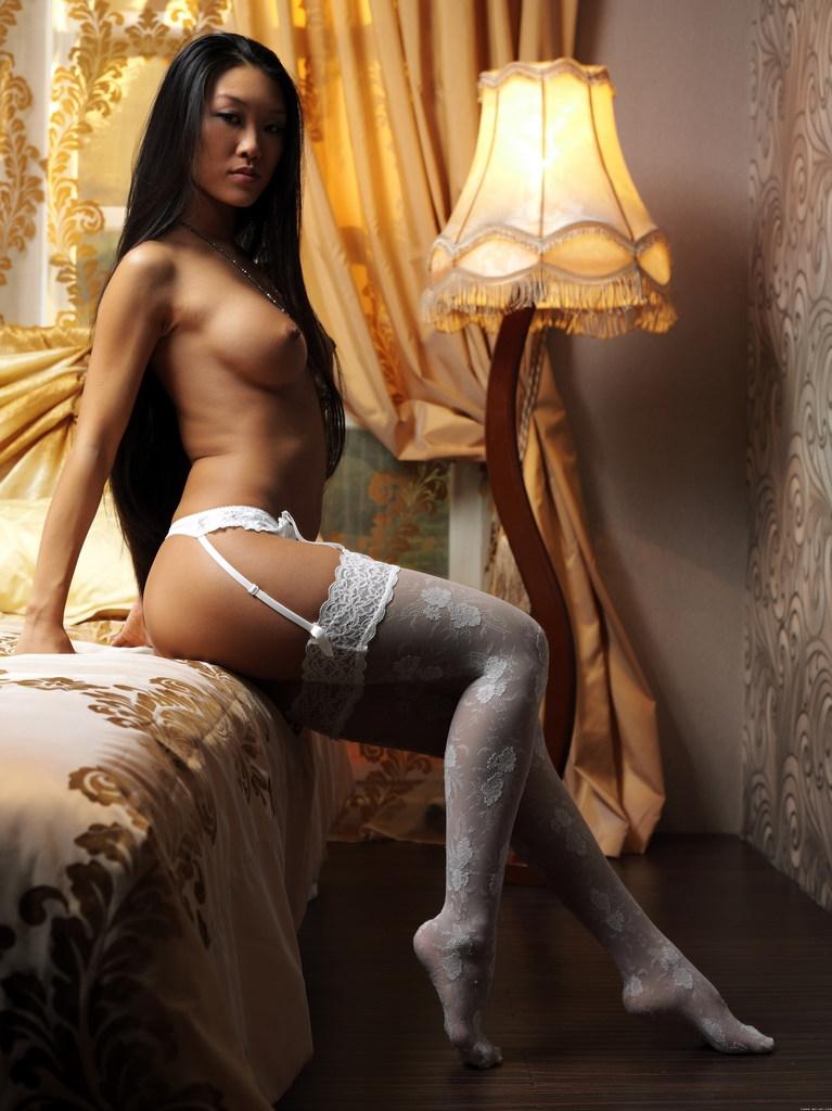 Красивая модель Джина азиатка в кружевном белье