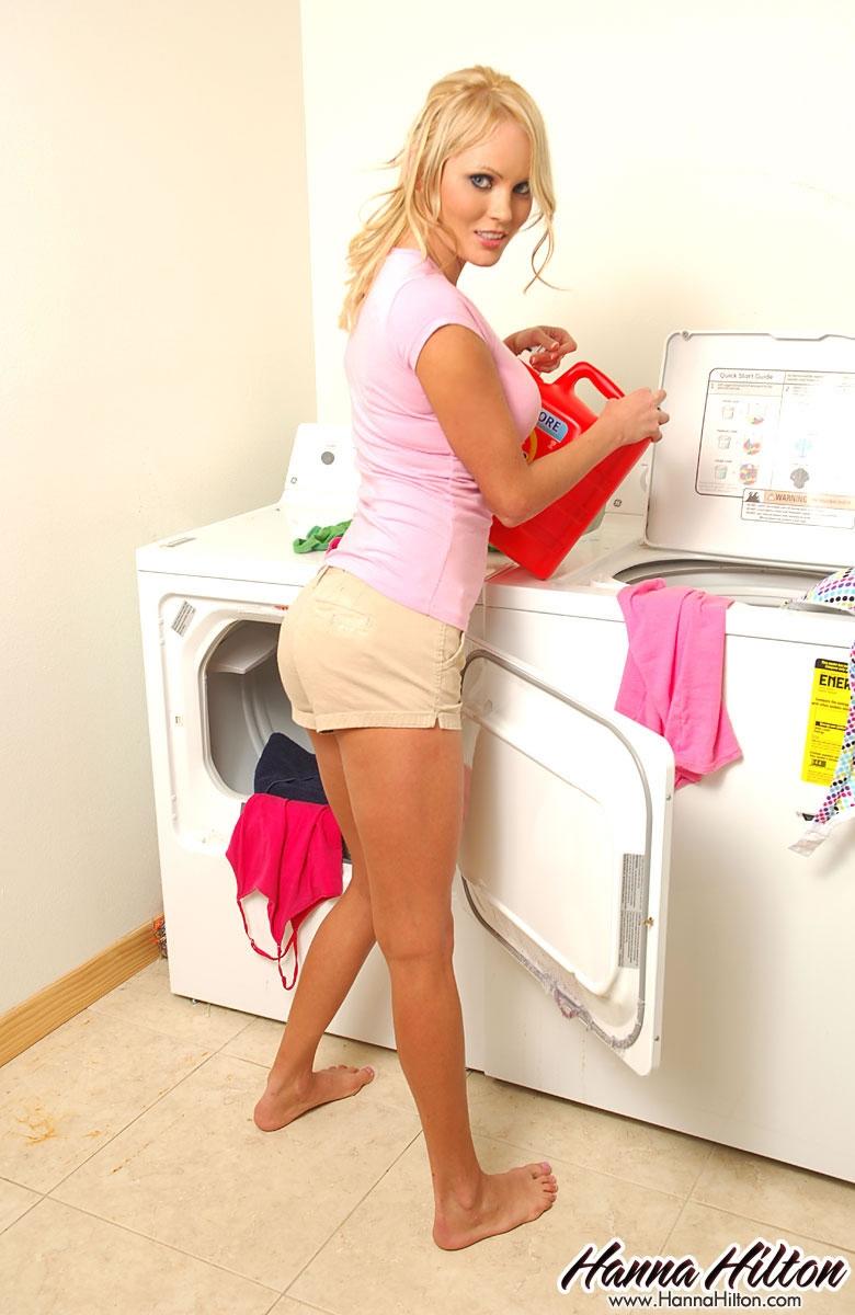 Увлекательная стирка с сисястой голой порнозвездой Hanna Hilton порно картинки