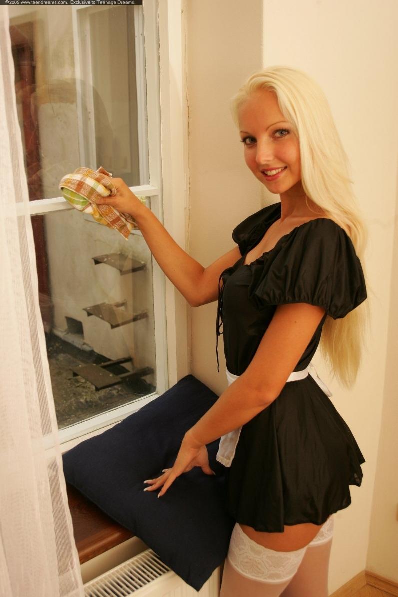 Veronika голая служанка в гольфах с сочной попой порно галерея секс фото