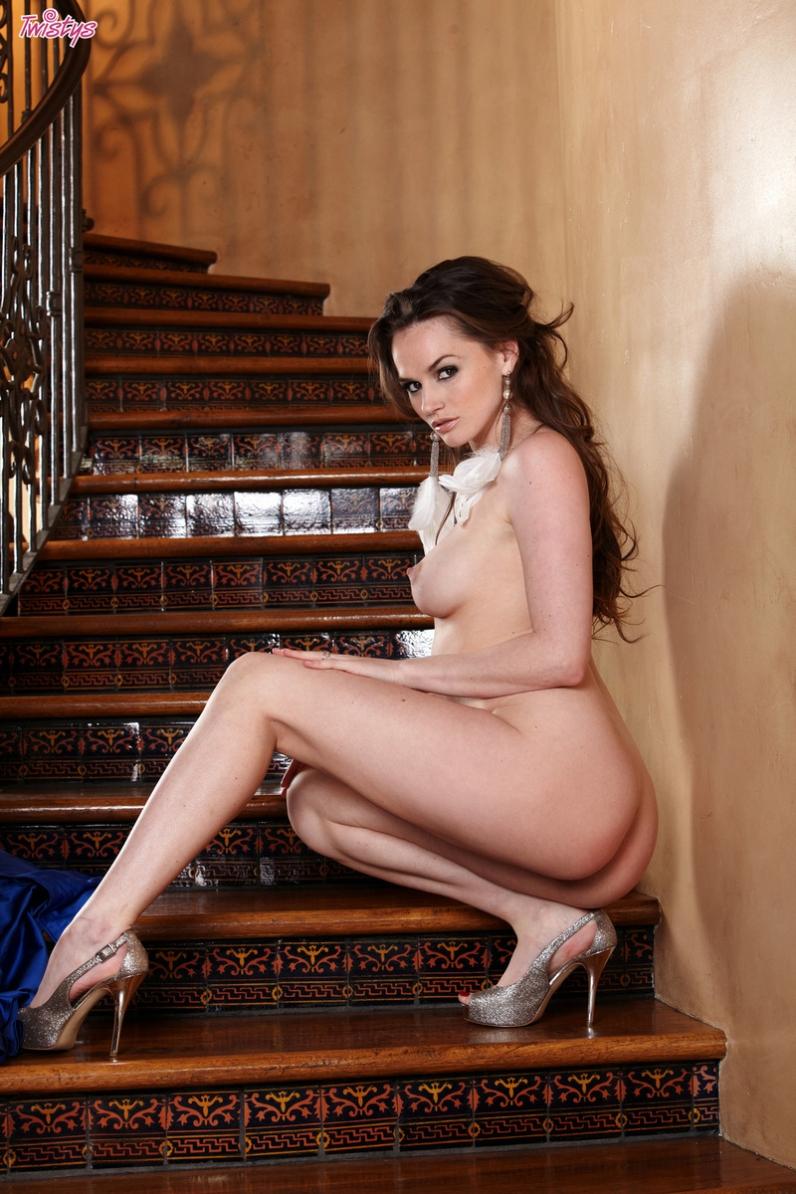 Звезда порно Tori Black снимает голубое платье