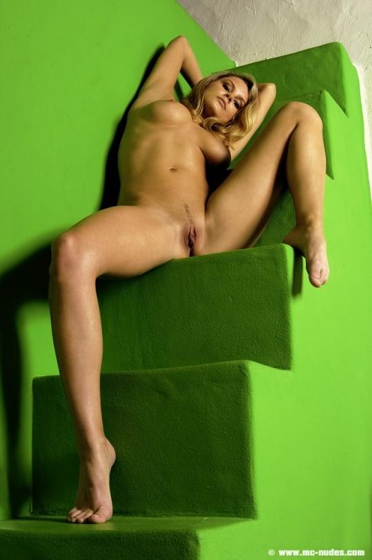 Блондиночка в стрингах