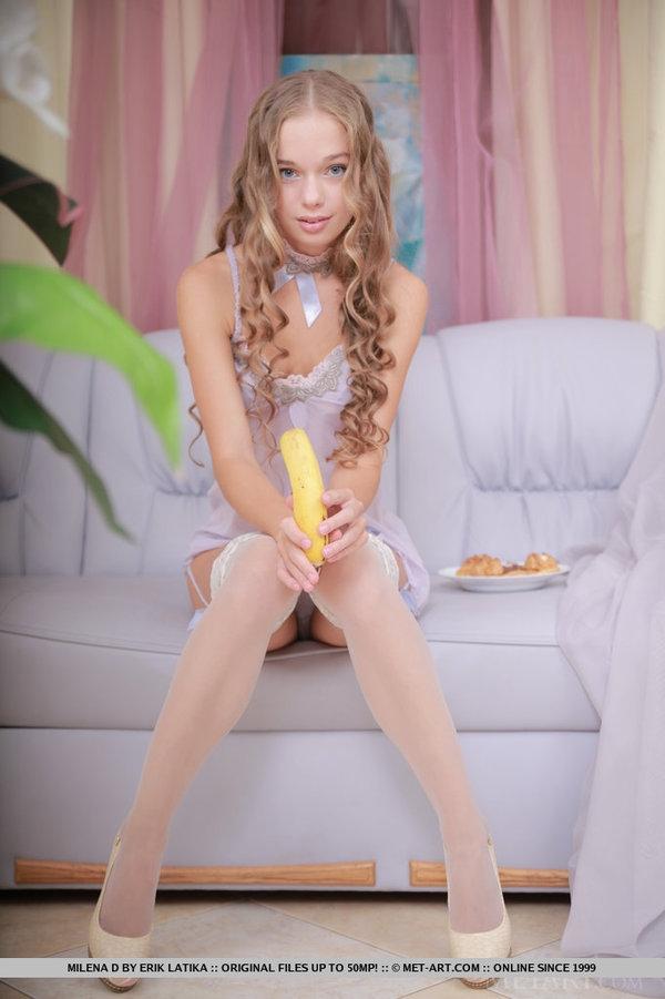 Кудрявая Milena с цветком заплетенным в волосах