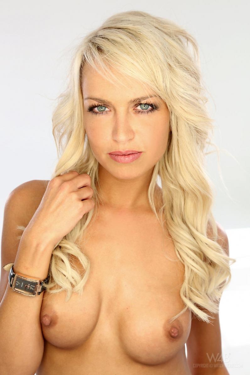 Горячая нагая модель со свелыми волосами Лена секс-фото смотреть эротику