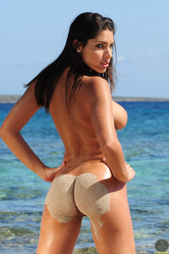 Zafira жаркая экзотическая голая девушка в бикини на пляже порно картинки