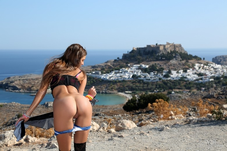Приключения нежной обнаженной стройняшки в Греции порно архив