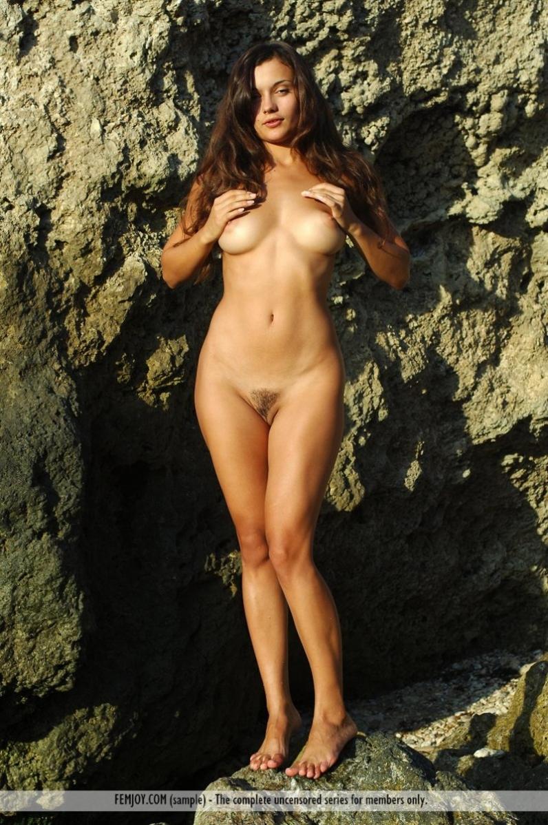 голая девушка в озере