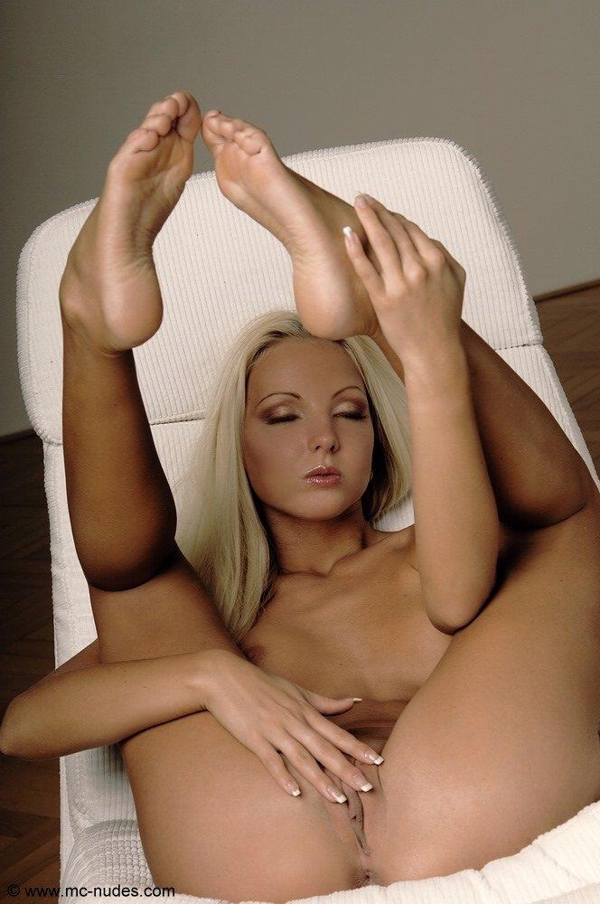 Платиновая блондинка Veroica в кресле