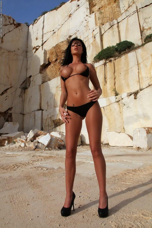 Возбуждающая девушка латинской внешности с роскошными нагими сиськами порно фото секс фото