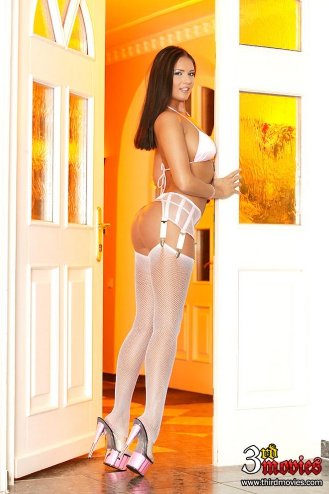 Игривая обнаженная задница порно актрисы в белых гетрах xxx фото
