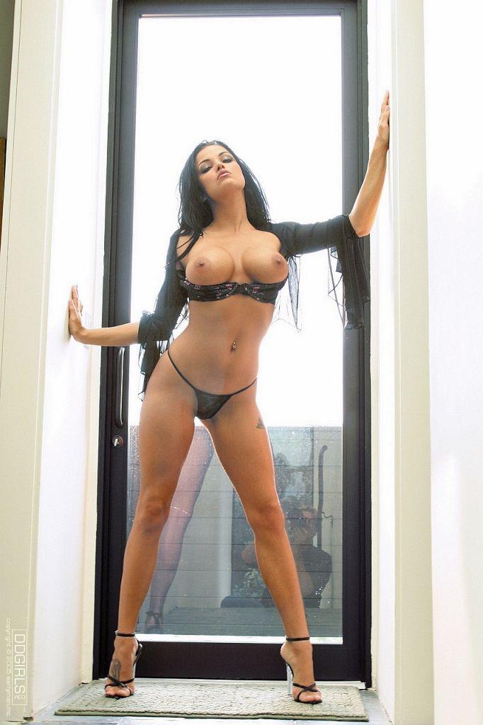 Lanny Barby голая звезда порно в полупрозрачном белье