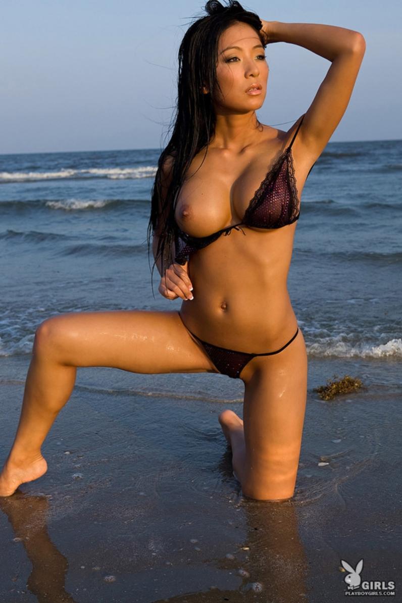 Сексуальная голая азиатка Linda Song на море порно картинки