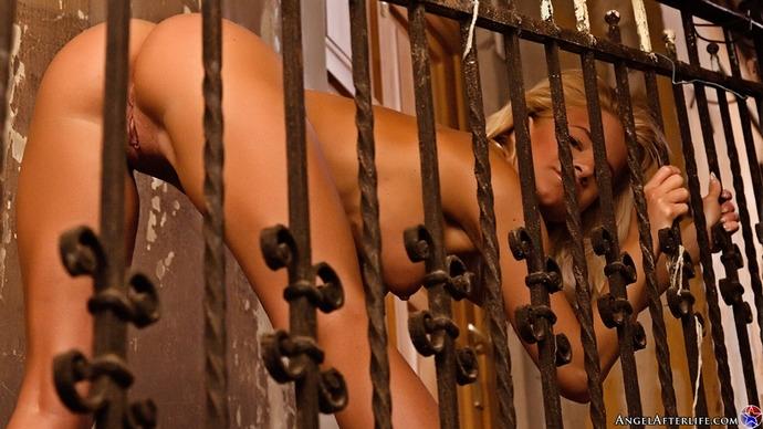 Возбуждающая раздетая блондиночка Bianka на красных каблуках порно картинки