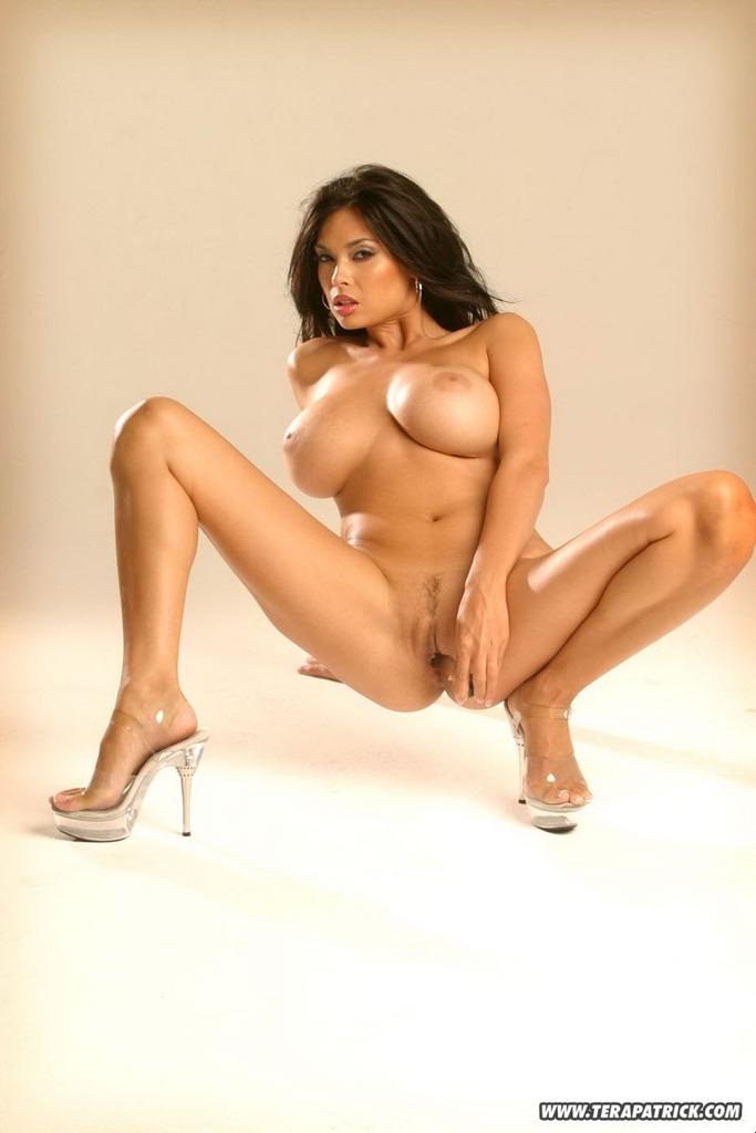 Длинные ножки порноактрисы Tera Patrick с огромными сиськами