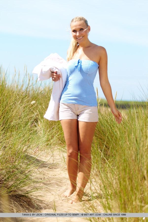 Голая Наташа с аппетитной попой на пляже порно картинки