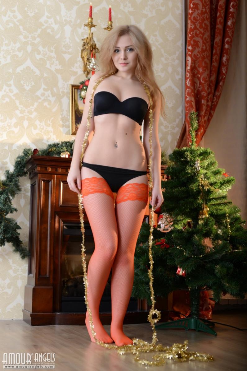 Новогоднее настроение с стильной раздетой Гердой секс фото