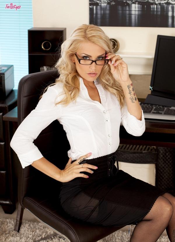Секретарша в очках и начальник