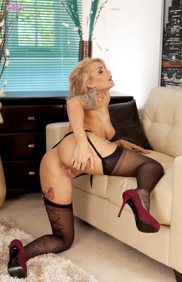 Natasha Marley голая секретарша в очках с татуировками порно картинки