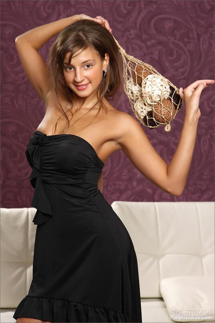 Черное платье свежей и красивой шатенки