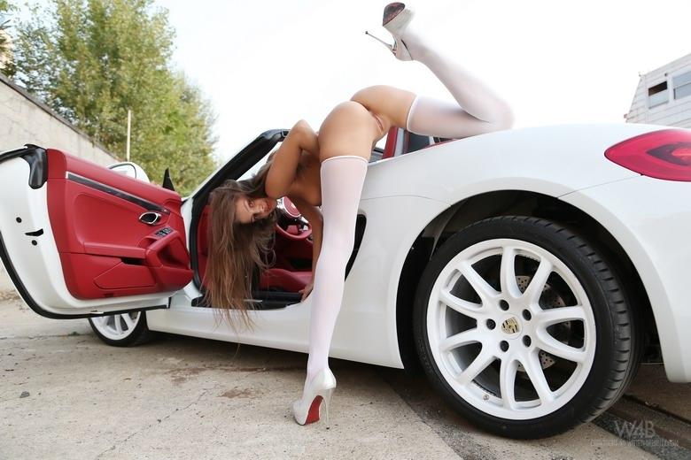 Маша с голой попой на стройных ножках в чулках тестирует машину порно картинки