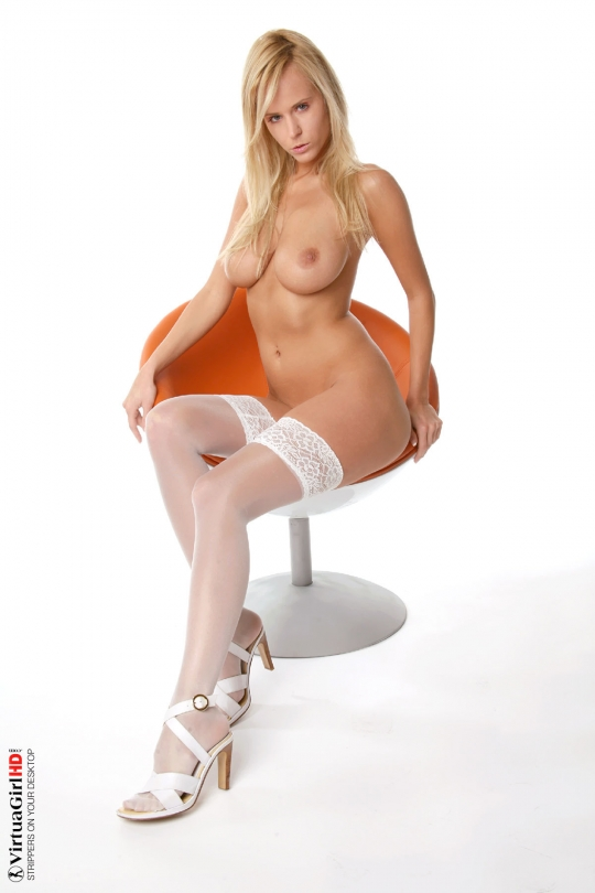 Классная блондиночка в белых бикини и чулках смотреть эротику