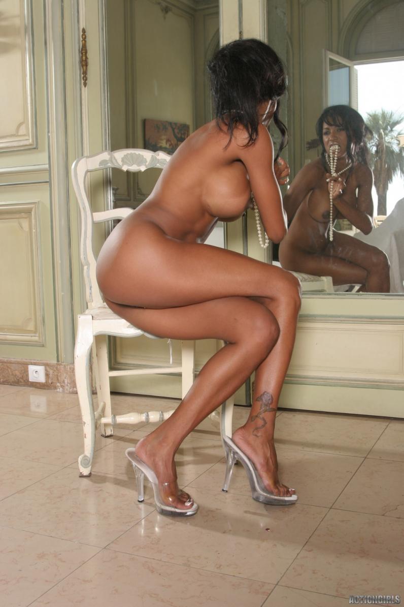 Негритянка голая с большой попой и длинными ножками