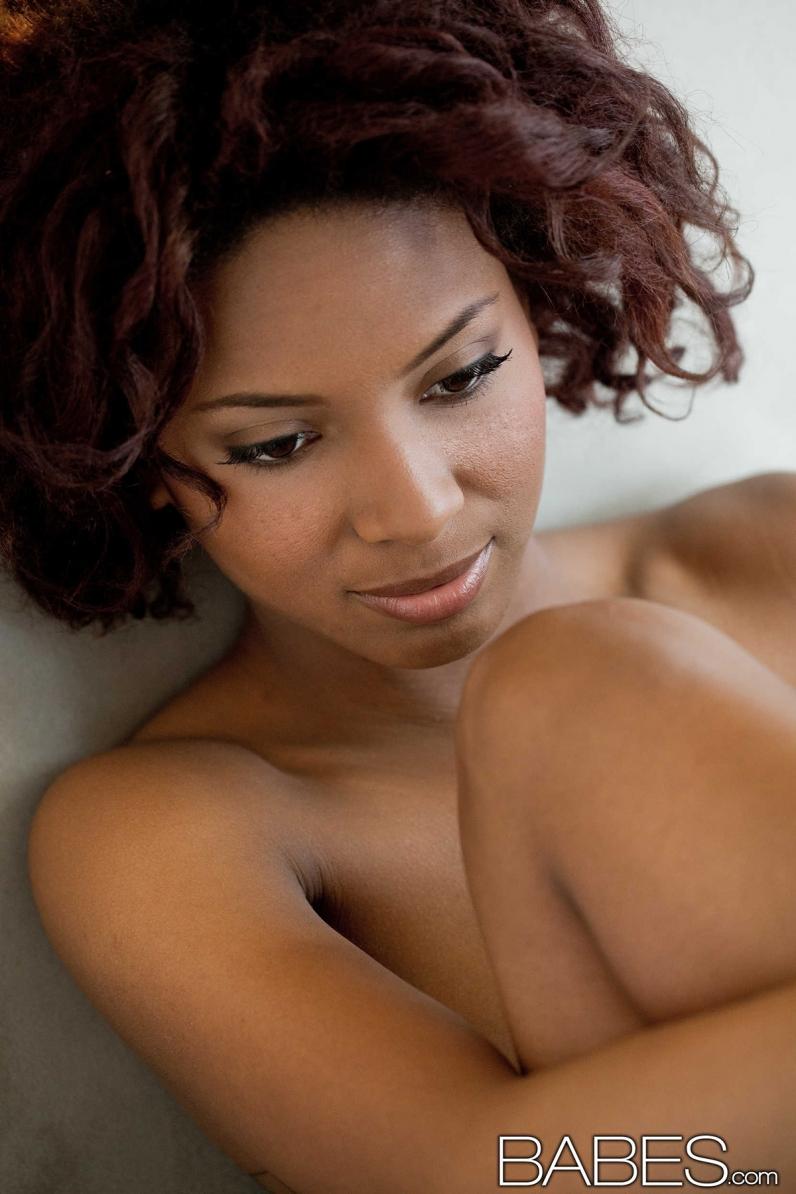 Игривая обнаженная негритянка Spencer Bliss ххх фото