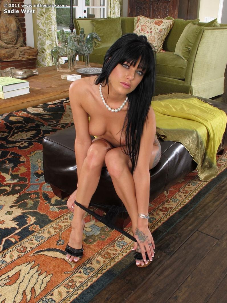Sadie West страстная голая брюнетка с дилдо