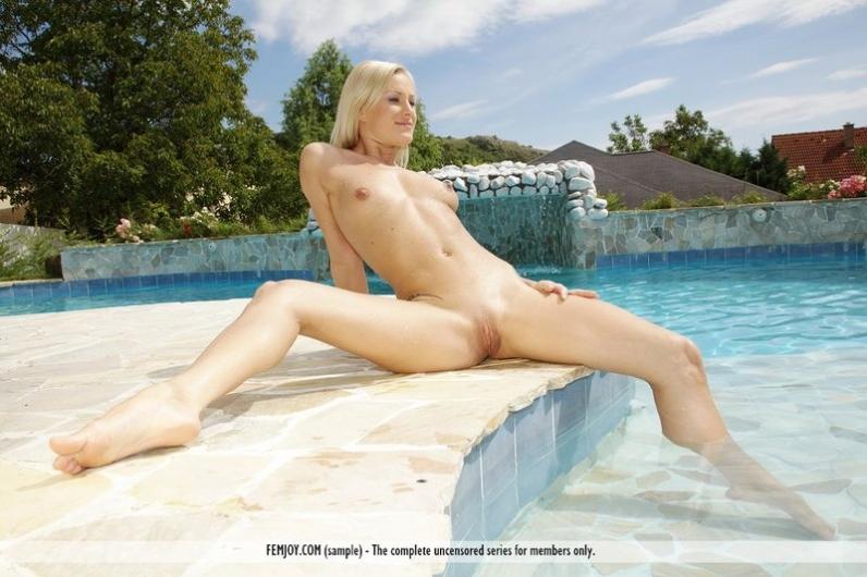 Игривая блондинка в бассейне фоткается прелестной задницей