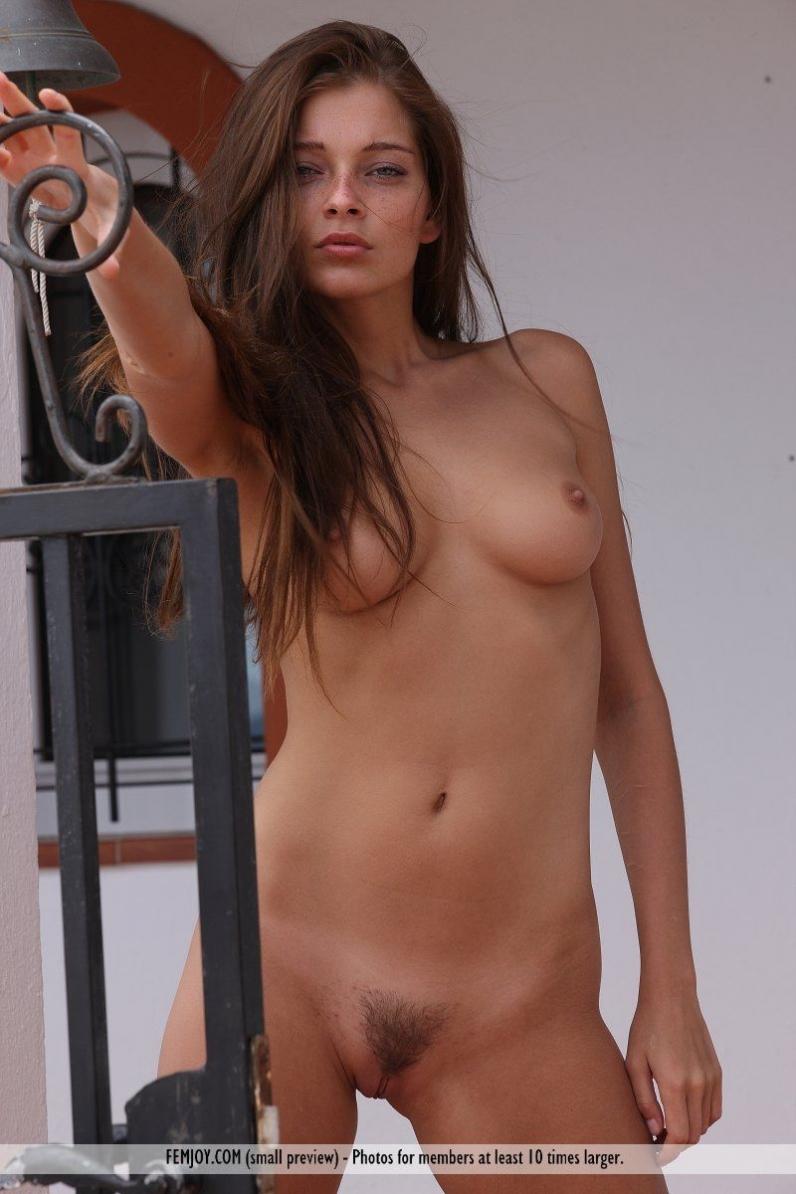 Красивая голая девчонка у бассейна порно картинки