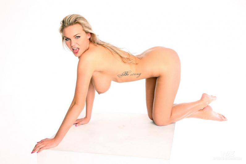 Блондиночка Мария с естественными обнаженными сиськами xxx фото