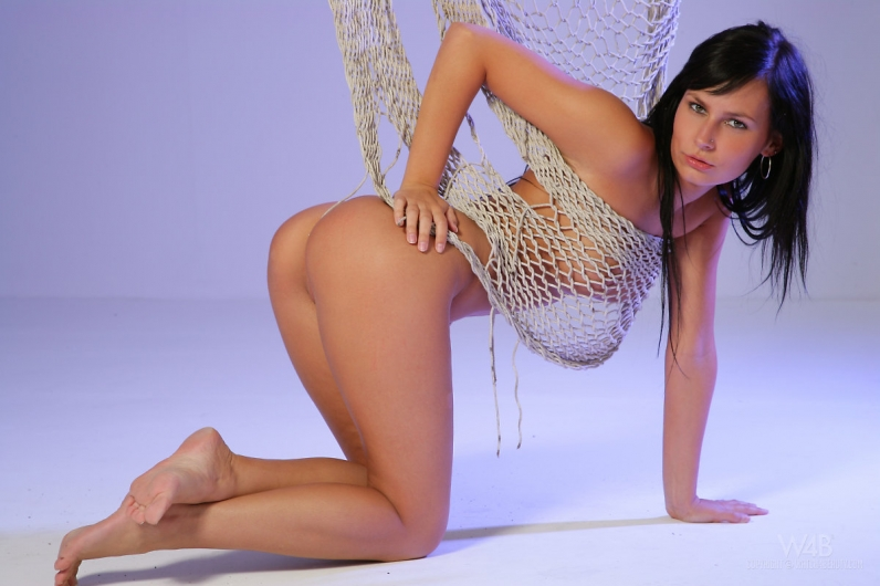 Худая брюнетка Катя нагая woman а сетке fishnet порно архив