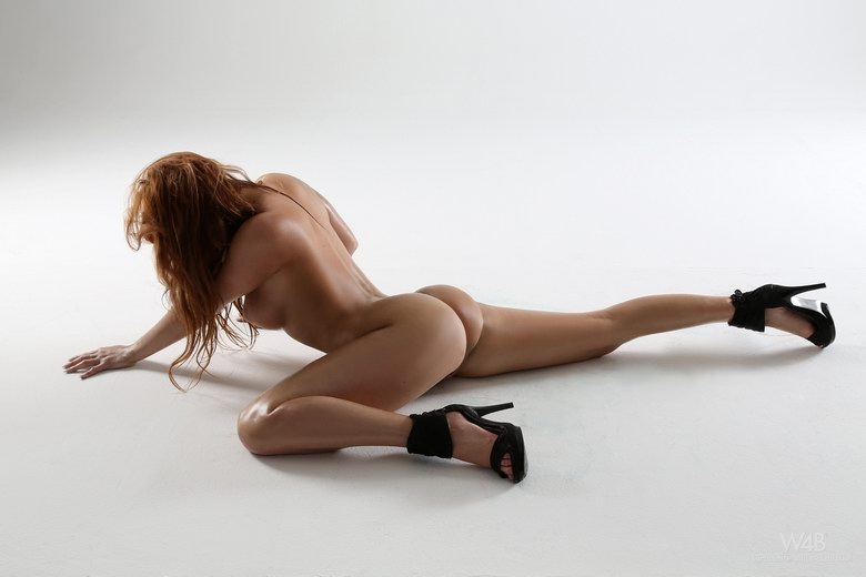 Раскрепощенная попка голой стриптизерши облитая маслом порно фото