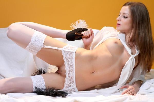 Невеста Alyssa в белых чулках без трусов