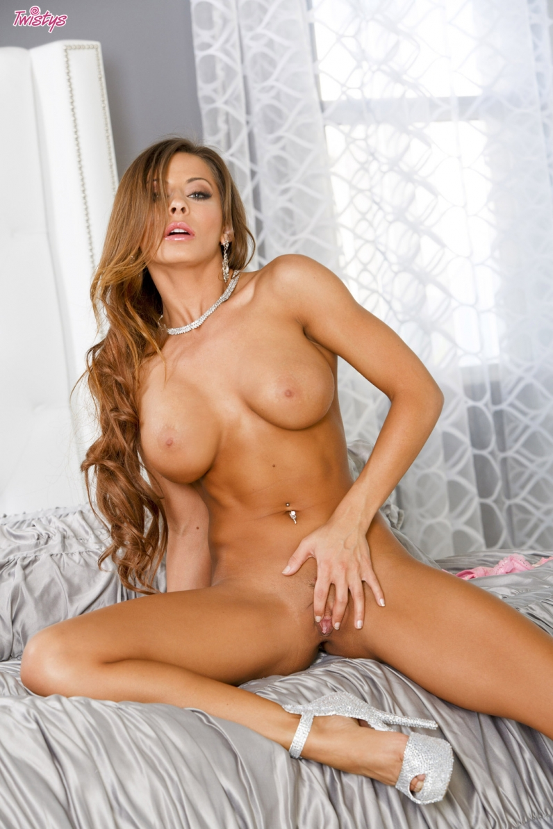 Madison Ivy сексуальная шатенка дрочит