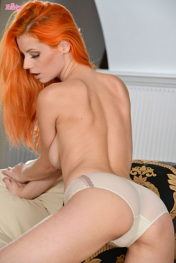 Рыженькая сексуальная мадам Ariel