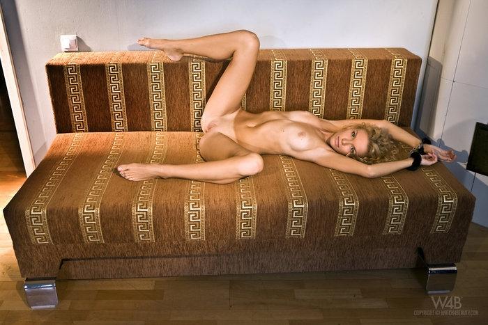 Частные фото свежей девушки на диване