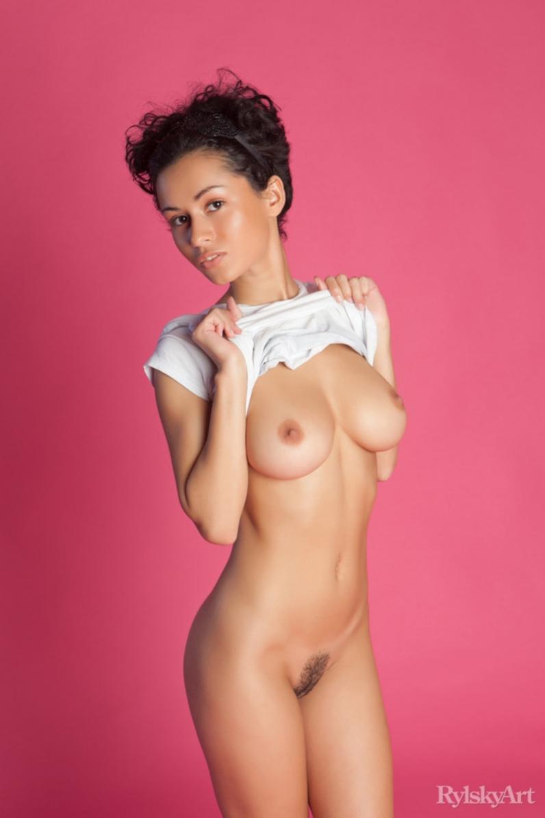Сексуальная брюнетка с короткой стрижкой 23 фотография