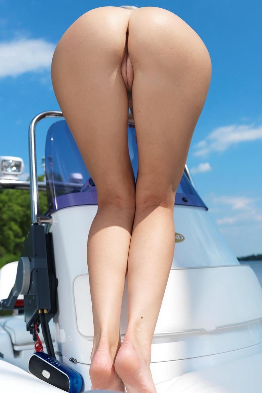 Милая голая блондинка на катере порно картинки