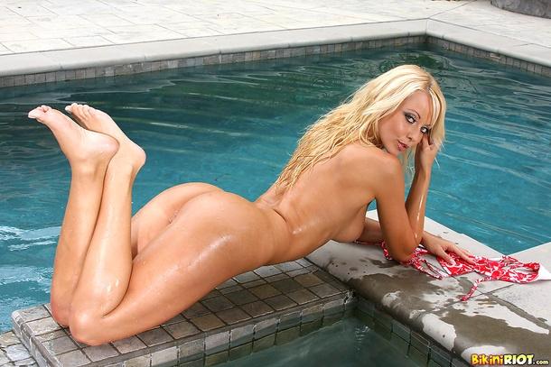 Потрясающая мокрая попка голой блондинки Jana Cova порно картинки