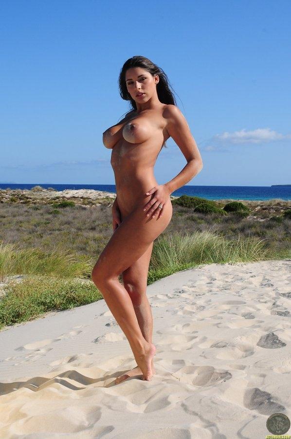 Пляжная проститутка с большими титьками Zafira