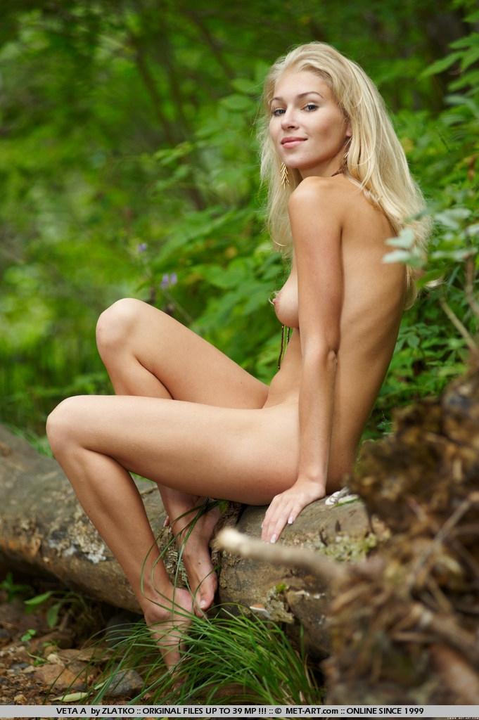 Валя проститутка стягивает желтое платье на природе
