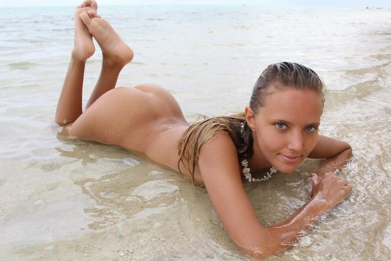 Пляжные фото голой красотки с милым лицом